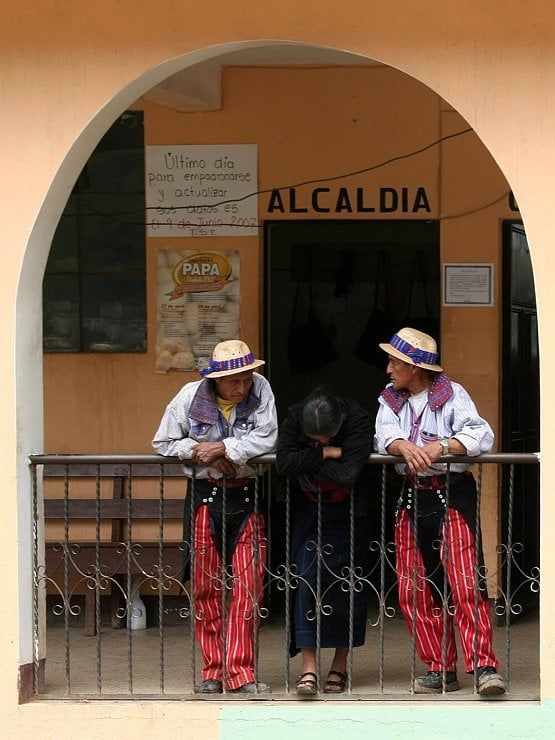 Todos Santos est un petit village perdu au milieu de la magnifique sierra de los Cuchumatanes. Dans ce surprenant petit village indigène, les habitants ont gardé leurs traditions et leurs habits ancestraux. La tenue des hommes est composée d'une chemise richement brodée, d'un pantalon rouge à rayures et d'un petit chapeau de paille. #photographie #voyage #guatemala