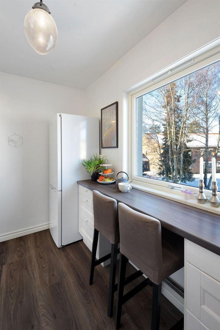 Hyggelig spiseplass/arbeidsplass på kjøkkenet ved vinduet