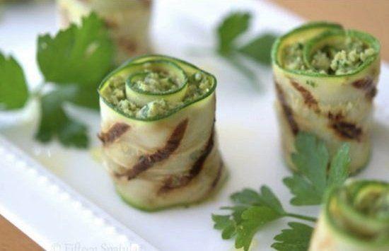 """Muito leve e gostoso esse aperitivo ou """"finger food"""" de abobrinha!  Ingredientes 2 a 3 abobrinhas grandes 4 a 5 corações de alcachofra 1 colher de sopa de suco de limão Raspas de …"""