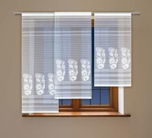 #Panel_okienny żakardowy Ten panel to niepowtarzalna ozdoba dla Twojego okna: urzeknie Cię efektownym kontrastem delikatnych horyzontalnych pasków i malowniczych motywów kwiatów. Te ostatnie, wzorowane na tradycyjnym wzornictwie haftów ludowych, wniosą ponadto do Twojego domu swojskie klimaty.  kasandra.com.pl