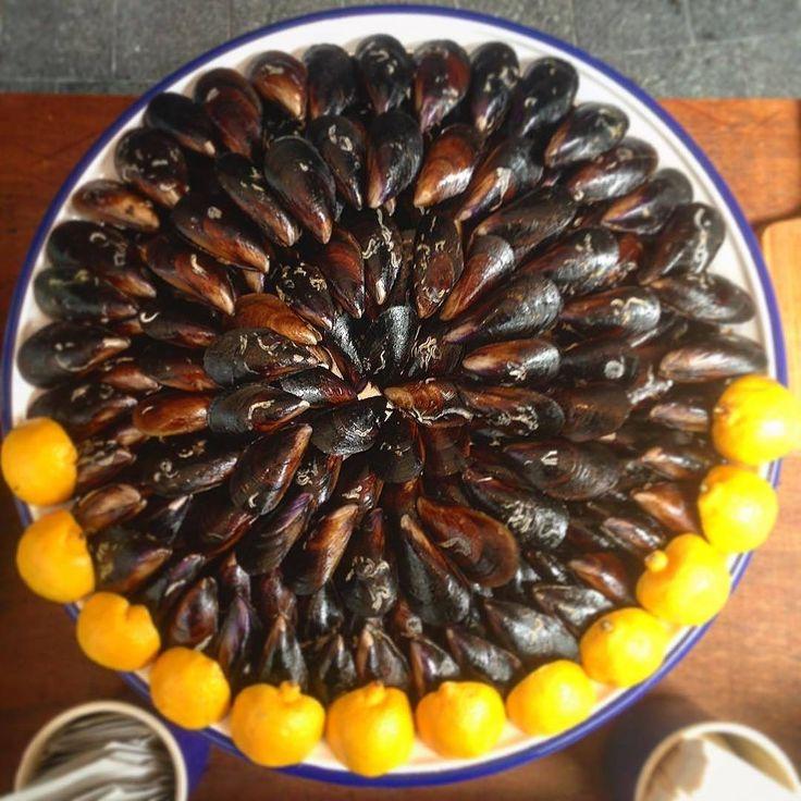 @tarihikarakoymidyecisi ・・・ #midye #midyedolma #bira #istanbul #food #yemek #beer #yemeksepeti #sea #seafood #love #delicious #deniz #midyetava #travel #restaurant #balık #taksim #eat #traveller #midyeci #limon #foodlovers #foodphotography #fish #tbt #lunch #lezzet_world #yemekpaketlecom #repost http://w3food.com/ipost/1508022135921506685/?code=BTtkiSNBvl9