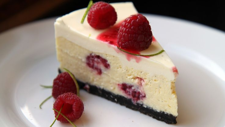 Ostekake med lime og bringebær - Lise Finckenhagen har brukt sjokoladekjeks i bunnen av ostekaken, det er derfor den er så mørk. - Foto: Tone G. Johannesen / NRK