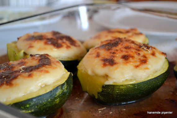 Fesleğenli ve tavuklu Girit kabağı (ograten) TurkoCretan meal of Cretan zucchini with chicken and sweet basil (au gratin)