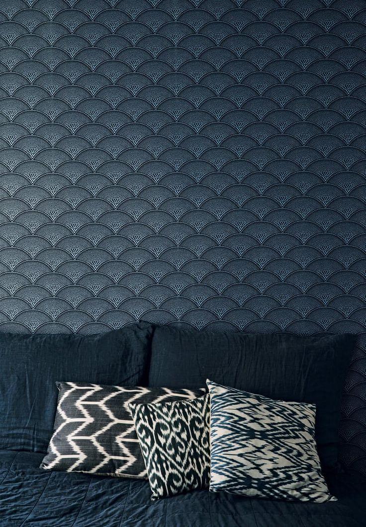 Soveværelse med mønstret tapet i blå nuancer
