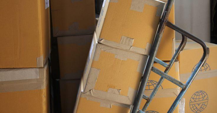 Como descer escadas com um cofre para armas. Cofres para arma são um dos móveis mais pesados encontrados em residências. Costumam ser feitos de aço e pesar centenas de quilos, e são bem difíceis de conseguir entrar com eles na casa, ainda mais se for necessário descer ou subir escadas. Assim como em toda grande mudança, peça ajuda a diversos amigos. É necessário distribuir o peso do cofre ...
