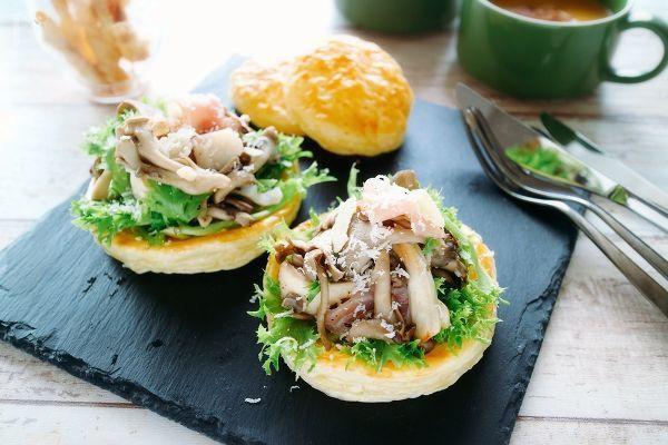 冷凍パイシートを使った器にきのこたっぷりのサラダ。サクサクパイと一緒に食べて前菜に。  おもてなしにもおすすめ!  生ハムとパルメザンチーズと一緒に和えて黒胡椒をふったシンプルなおいしさです。