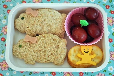 girly pigs and a happy teddy =) gulliga grismackor med rosa rosetter och en sprallig liten nalle =)
