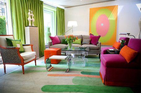 Colores flúor - Si, por el contrario, lo que más cómodo te hace sentir es la alegría de los tonos vibrantes y con un punto chillón, entonces apuesta por los colores vivos. En este salón, se combina un trío ganador formado por el rosa, el naranja y el verde, e incluso, se hace un guiño al animal print.