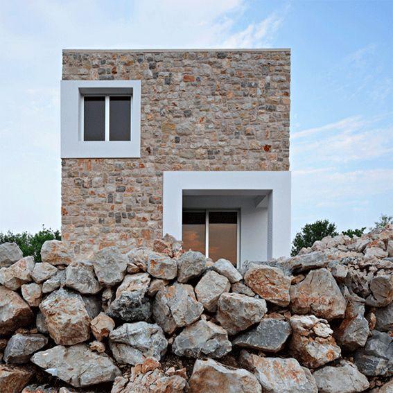 L'intenzione progettuale era quella di costruire un complesso residenziale in forte connessione con il territorio. Ad occuparsene è DVH arhitekta che disegnano un complesso residenziale ad Ovest de...