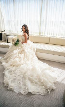 Oscar de la Renta 92e25: buy this dress for a fraction of the salon price on PreOwnedWeddingDresses.com