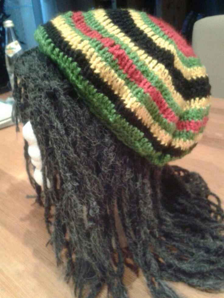 .. Rasta Rasta Man ... Schwarze Untermütze in glatt rechts stricken , mit Mohairwolle Wollstränge ( meine war schwarz mit weiß meliert, sieht daher etwas wie grau aus ) um den gesamten Rand ca 5cm breit einknüpfen und Zöpfe daraus flechten ( immer 6 Fäden zusammen) - an das Ende einfach einen Knoten machen . Dann Baskenmütze in Jamaikafarben häkeln und auf die schwarze Mütze aufnähen.