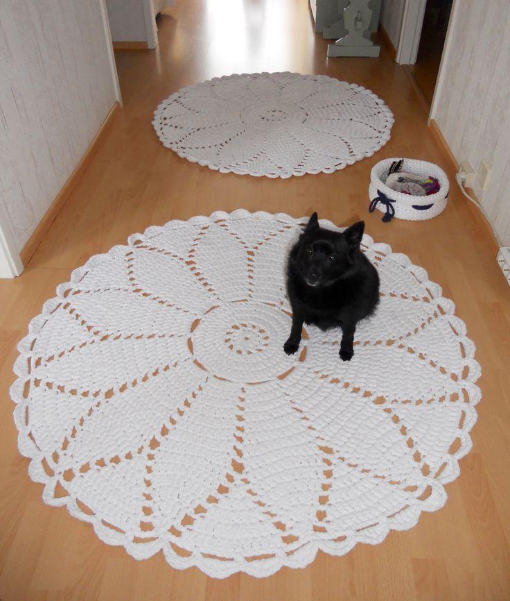 Eteisen matot, 2 kpl Marketta - pitsimattoa, + koirani Jade - schipperke . Mattojen halkaisia noin 120 cm.