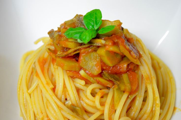 Spaghetti con Sugo e Carciofi Spaghetti with Tomatosauce and  Artichokes