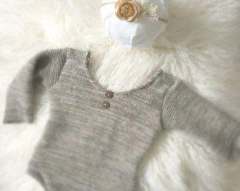 Suéter blanco recién mameluco de manga larga de punto. Suéter de punto con detalles de encaje de melocotón en el escote y la espalda. Las perlas adornan los hombros. Profundo escote volver hacerlo fácil de tomar y.  Hecho a la medida a recién nacido. Convertirse en fan en Facebook y estar al día con todas las últimas noticias, roba, ofertas y regalos. http://www.facebook.com/pages/Petunia-and-Ivy/200063480020431