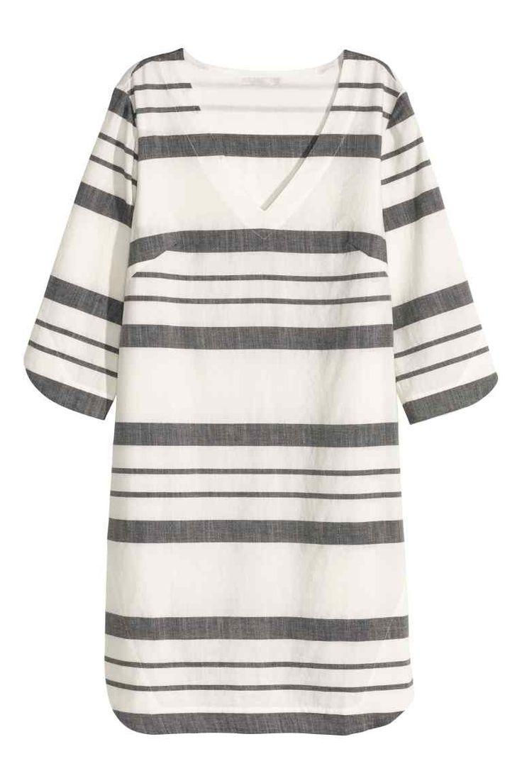Хлопковое платье в полоску: Прямое платье из воздушной х/б ткани. На платье треугольный вырез горловины и рукава длиной три четверти.
