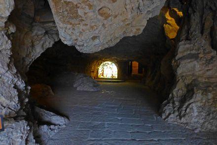 Cueva de entrada a la Ermita de San Saturio, Soria.