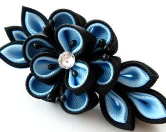 Fermacapelli fiore kanzashi tessuto. Nero e blu.