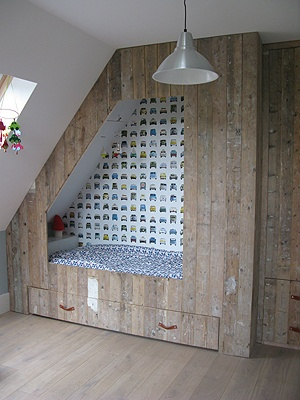 bedstee jongensbed...love the wallpaper
