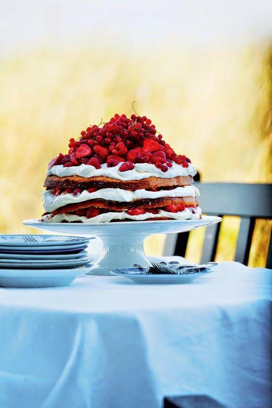 FRU PIGALOPPKAGE MED MASSEVIS AF BÆR - Cake with berries from the book: BRØD OG KAGER (bread and cake)