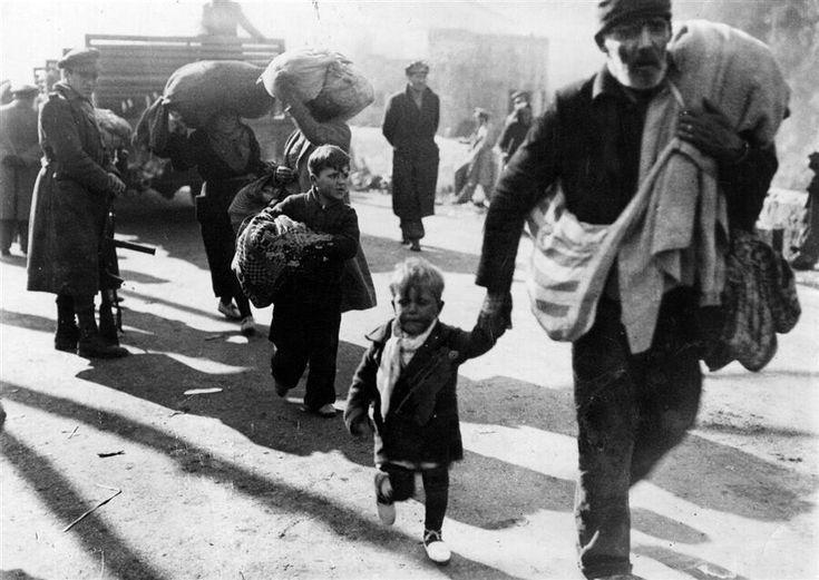 Tremenda imagen de la huida de ancianos y niños de Barcelona hacia la frontera de Francia en Enero de 1939