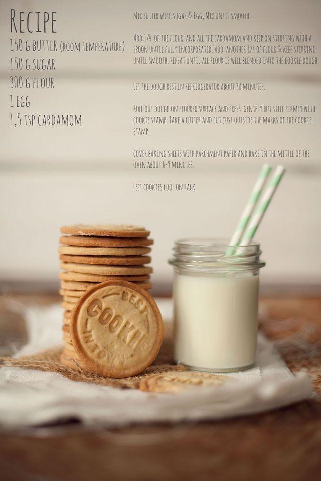 Mördegskakor med Kardemumma  ca 45-50 st  150 gram rumstempererat smör 150 gram strösocker 1 ägg 1,5 tsk kardemumma 300 gram mjöl  1. Rör samman socker, smör och ägget till en krämig smet. Rör ner kardemumman.  2. Addera mjölet, en fjärdedel i taget, och rör kaksmeten slät innan du tillsätter mer mjöl. 3. Låt kakdegen vila i kylskåp i 30 minuter och kavla sedan ut den på mjölat bakbord. 4. Pressa kakstämpeln lätt men ändå fast mot degen, det är bra om du penslar den med lite mjöl innan…