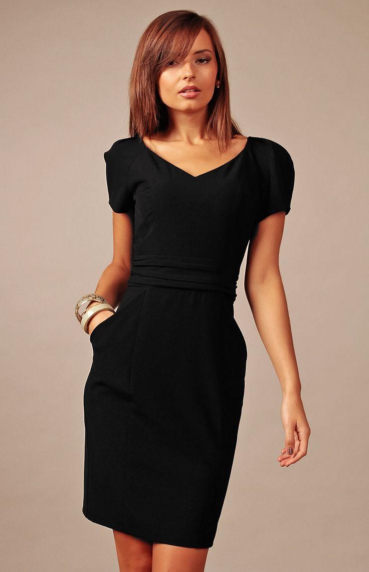 La petite robe noire charmante et polyvalente.                                                                                                                                                      Plus