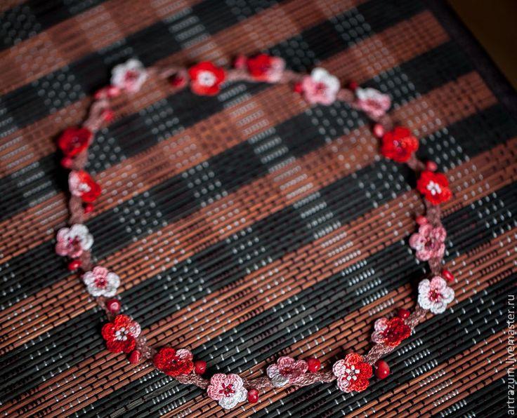 Универсальное украшение, можно носить как бусы и как браслет, обернув вокруг руки три раза. Получается очаровательный букетик. Сделаны бусы из 100% хлопка, украшены бисером и натуральным кораллом цвета вишневых бутонов. Застегиваются на коралловую бусину. Зафиксированы на прочном шнуре ручной работы.