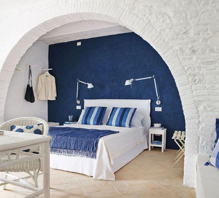 Спальня на первом этаже. Кровать установленная в нише с аркой выглядит весьма романтично.  (средиземноморский,средиземноморский интерьер,средиземноморский дом,средиземноморский стиль,деревенский,сельский,кантри,архитектура,дизайн,экстерьер,интерьер,дизайн интерьера,мебель,спальня,дизайн спальни,интерьер спальни) .
