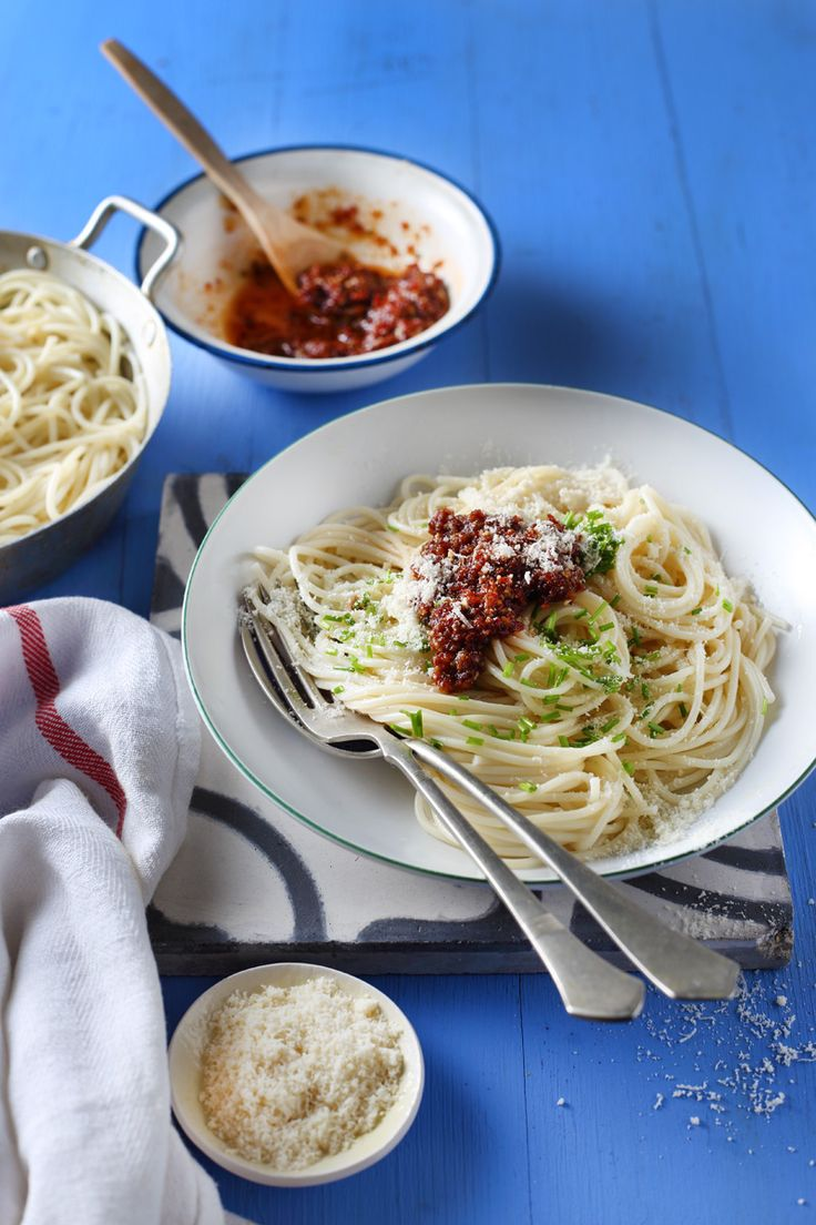 spaghetti with sun-dried tomato pesto / Zita Csigó Photography&Styling