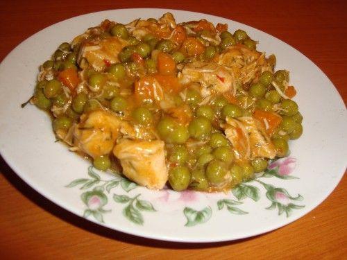 Paradicsomos borsós csirkeragu Hozzávalók: 40 dkg csirkemell, 60 dkg mirelit borsó, 1 kisebb hagyma, 1 nagy paradicsom, friss zöldpetrezselyem, olaj, só, bors.