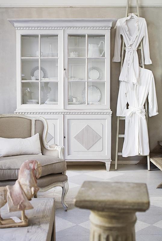Gustavianskt vitrinskåp med romber    Produktinfo samt fler bilder på: http://www.solgarden.se/vara-produkter/skap/gustavianskt-vitrinskap-med-romber