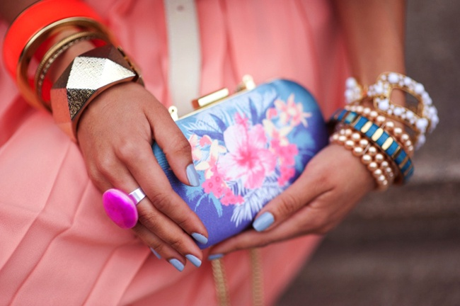 Blue accessoroeson pink outfit: In Love, Fashion, Style, Clutches, 50 S Twists, Pink Outfits, Flowers, Blue Accessoroeson