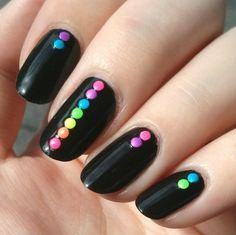 Uñas negras con puntos de colores                                                                                                                                                                                 Más