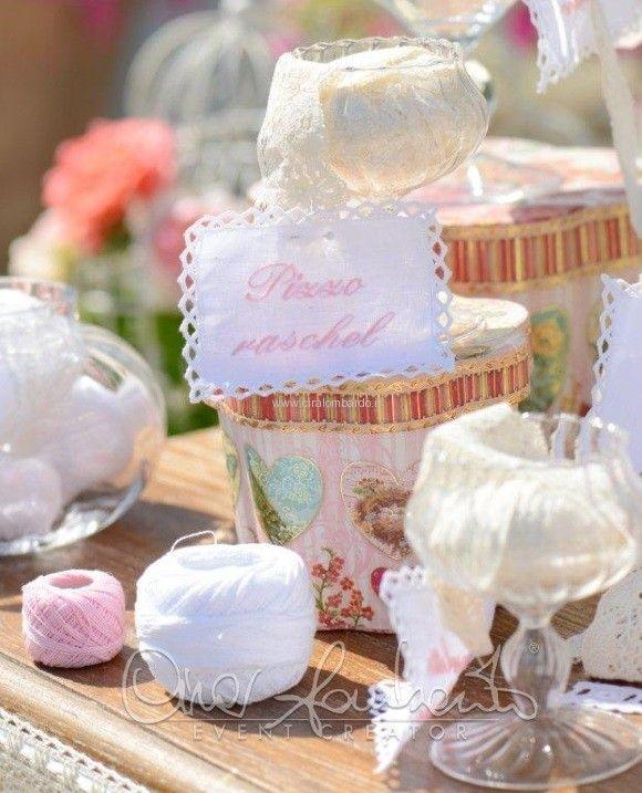Da pizzi artigianali, ricami e merletti nasce un tableau de mariage che intreccia i fili dell'amore. | Cira Lombardo Wedding Planner
