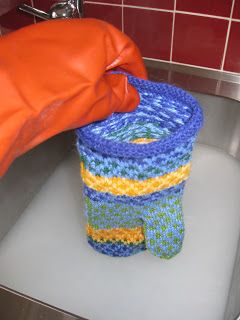 Till vante Märta-Stina behöver man garn i härliga färger.   Ett mycket bra garn till vantarär Rauma finullgarn.       Strumpstickor nr ...