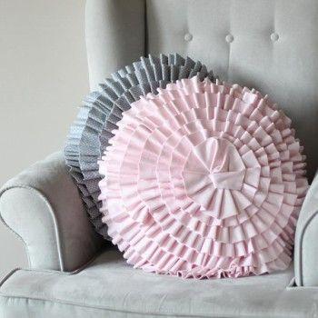 Dekoracyjne poduszki w kształcie kwiatu to piękny dodatek do dziecięcego pokoju.