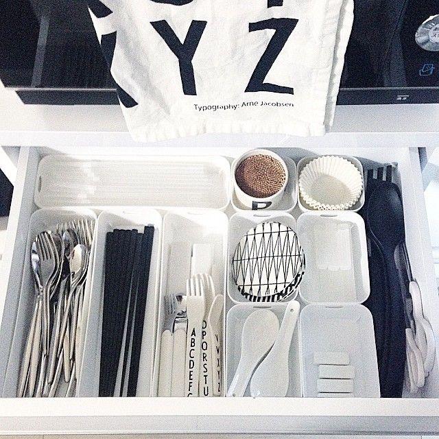 Instagram media by emmy_joe - Cutlery storage. セリアのカトレケースの小さいサイズを追加して揃えました。 スッキリ、ピッタリです。 カトラリーは倍量あったものを断捨離してVita Craftのみにしました。 黒のお箸と白い箸置きはニトリです。 ストローはダイソーのクリアかセリアの真っ黒どちらかを使ってます。