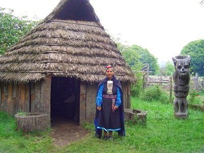 La ruca Mapuche como hogar cumple tres funciones: dormir, cocinar y guardar, los que podían, tenían una ruca para cada cosa. Su estructura está basada en dos sólidos maderos de árboles nativos, la techumbre y paredes presentan una especie de tejido de fibras vegetales de gran resistencia a las húmedas condiciones del clima de esta región. En su centro hay un fogón o kutralwe formado por piedras. Su acceso principal está siempre orientado hacia el nacimiento del sol.