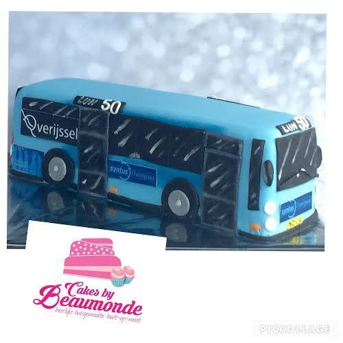 Stadsbus taart. Deze bus taart is 30 x 10 x 10 cm en gemaakt van luchtige cake, gevuld met heerlijke vanille meringue creme en abrikozen compote. Syntus stadsbus.