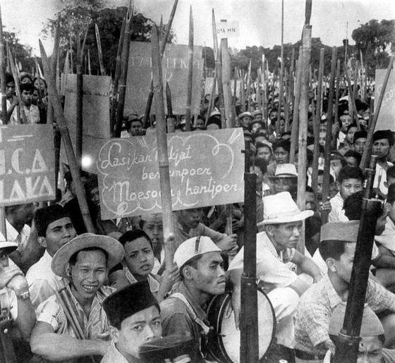 Javaanse revolutionairen gewapend met bamboesperen - Foto: CC/Tropenmuseum