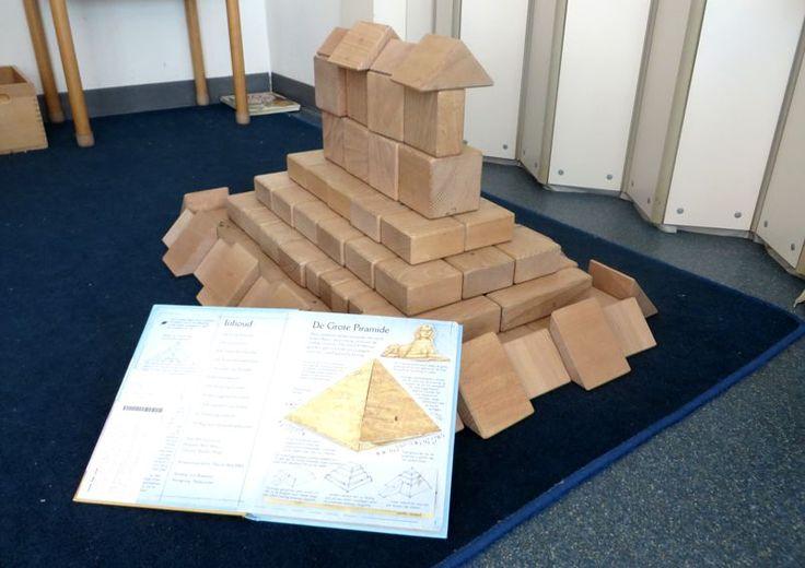 Gebouwen nabouwen in de blokkenhoek, thema kunst, Piramide voor kleuters, kleuteridee.nl , Make the building in the block area 2.