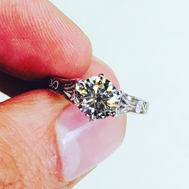 Excellent cut diamond in a classic engagement ring mounting!