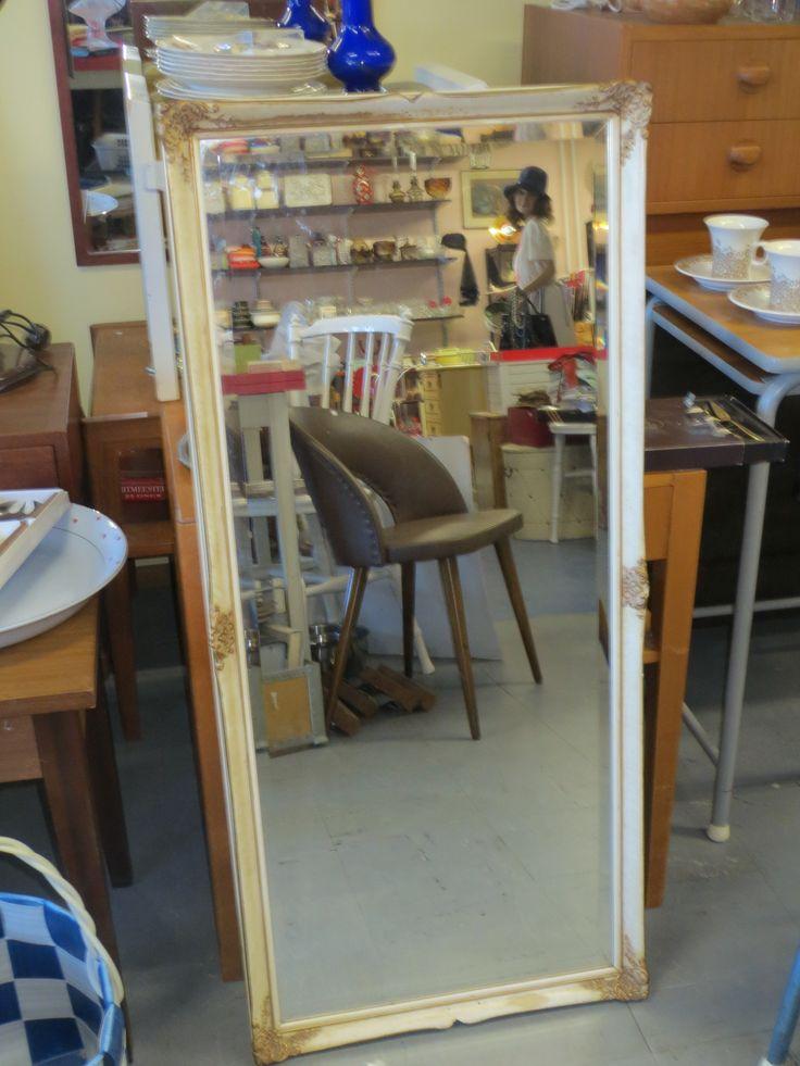 Kaunis, koristeellinen peili, arviolta 60-luvulta. Fasettihiotut reunat, siistikuntoinen.  Koko 44 x 98 cm.