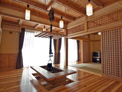 Фото современного интерьера в японском стиле с очагом ирори.