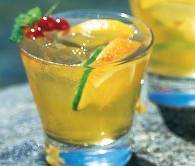 En varm sommardag finns det inget godare än en riktig svalkande dryck. Gör därför det här strålande istereceptet med härliga somriga ingredienser som flädersaft och syrlig juice från lime, apelsin och citron. Fräscht, friskt och oerhört läskande.