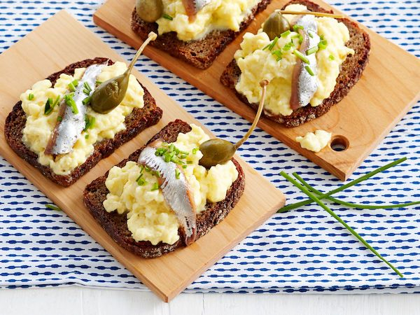 Munakokkeli-anjovisleivät http://www.yhteishyva.fi/ruoka-ja-reseptit/reseptit/munakokkeli-anjovisleivat/014447
