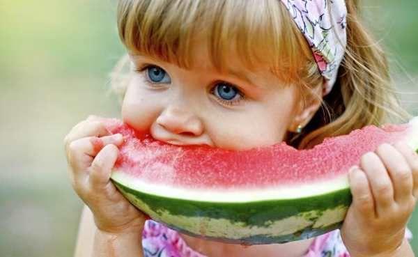 """""""Si hablamos de frutas deliciosas y extrañas, hablamos de la sandía. Nos encanta su cáscara verde y su pulpa bien roja, además de su sabor dulce y fresco. Esta es sin duda una de las frutas favoritas de aquellos que disfrutan de hacer esculturas y creaciones magníficas, ya que su textura y dimensión se prestan para la elaboración de impresionantes formas."""""""