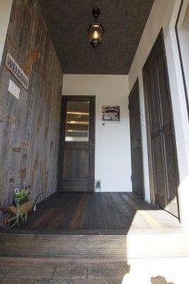 ②玄関ホール 壁に張った板は古材