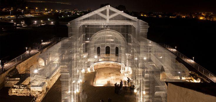 Cet artiste sculpte des églises grandeur nature avec des fils de fer via @creapills