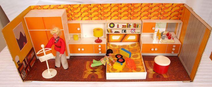 Fast nur die Farbe Orange, viele Muster und Zeichnungen auf dem Boden und an den Wänden.  Every shade of orange, various patterns and designs on the floor and on the walls. My room is not in mint condition.